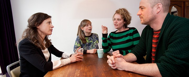 Coach in gesprek met een gezin bij de opleiding Opvoedcoach