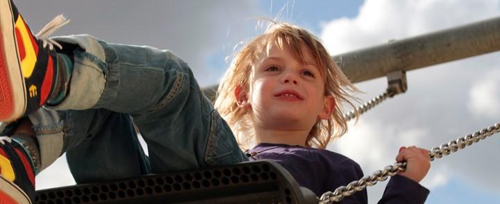 Kind op schommel geeft uiting aan gevoelens bij cursus Speltherapie