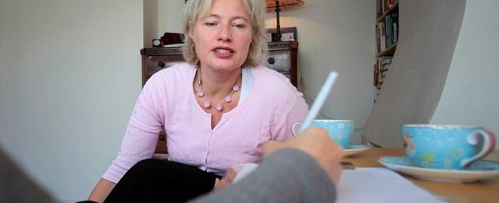 Gesprek tussen cliënt en coach bij cursus cognitieve gedragstherapie