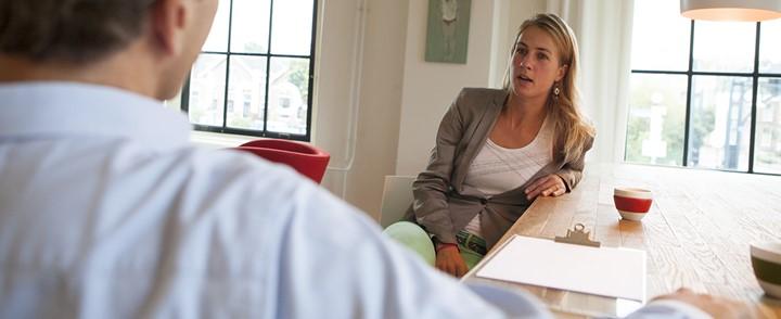 Coach past unieke methodiek van de cursus Rationeel-emotieve therapie (RET) toe bij coachinggesprek