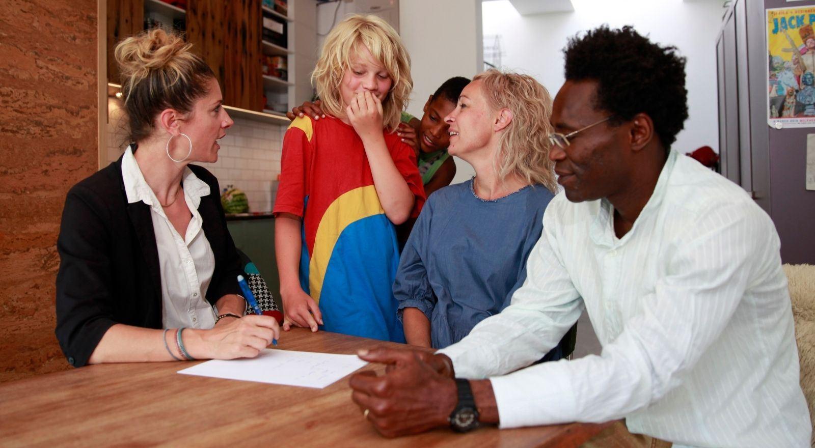 Coach in gesprek met gezin bij de cursus Stiefgezincoaching